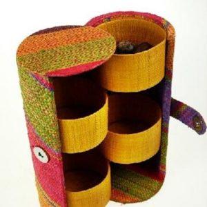 Kunsthandwerk-aus-Rafia-Raphia-Produkte-Strohtaschen-Strohhuete-Taschen-aus-Raphia_3